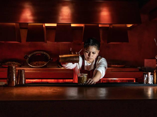Tlecán, bartender preparando cocteles de mezcal