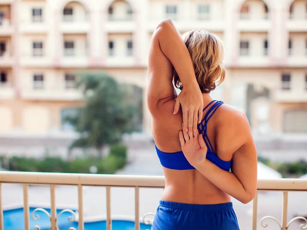 Dona fent esport al balcó