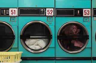 Lavar la ropa en la casa durante la cuarentena