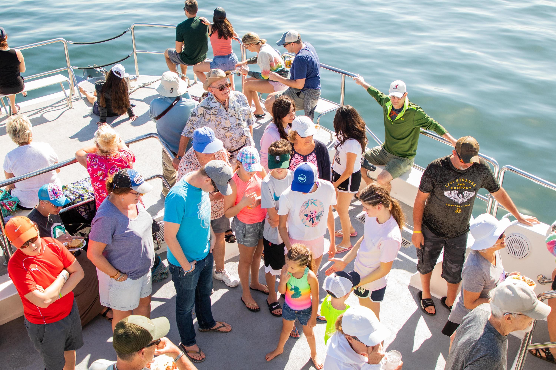 Turistas en embarcación para ver ballenas en México