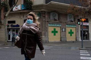 Una dona es protegeix la cara amb una mascareta