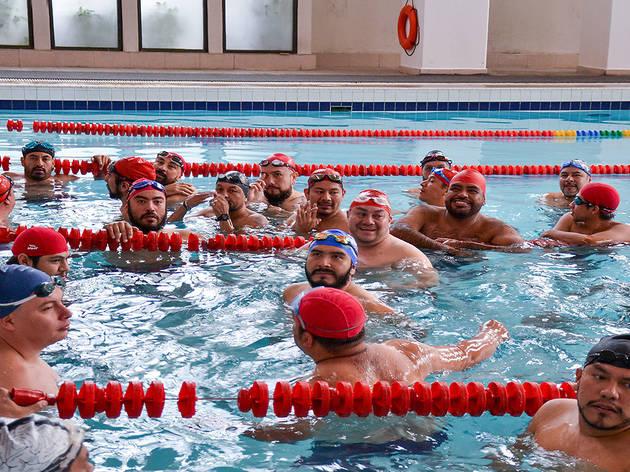 Échate un clavado con el grupo de natación gay Osos al agua