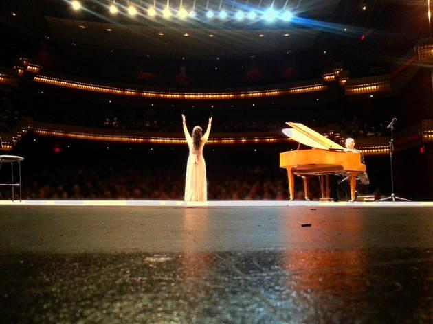 Mujer solista en en un concierto de ópera