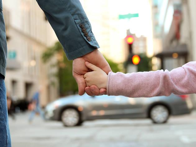 Pare i filla passejant agafats de la mà