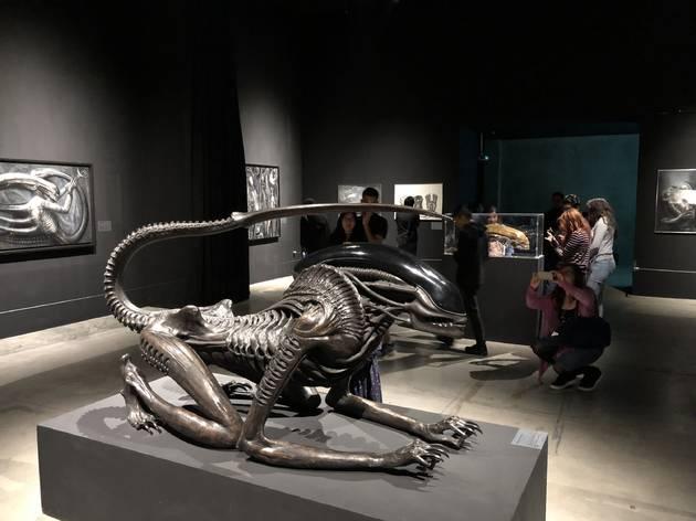 Vista de la exposición Solo con la noche de H.R. Giger