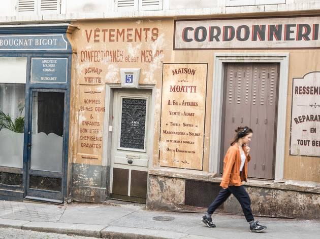 Un décor de cinéma abandonné fige Montmartredans les années 1940
