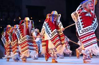 Bailarines del espectáculo Xcaret México Espectacular