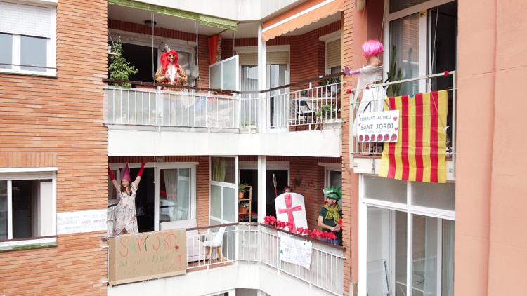 El Sant Jordi d'un pati de veïns de Barcelona