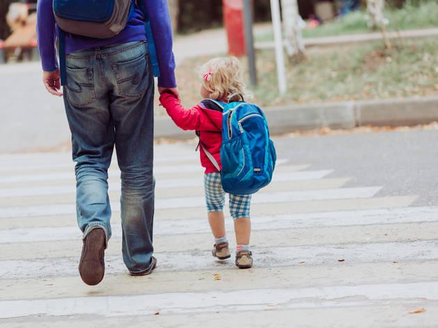 Niña paseando con su padre