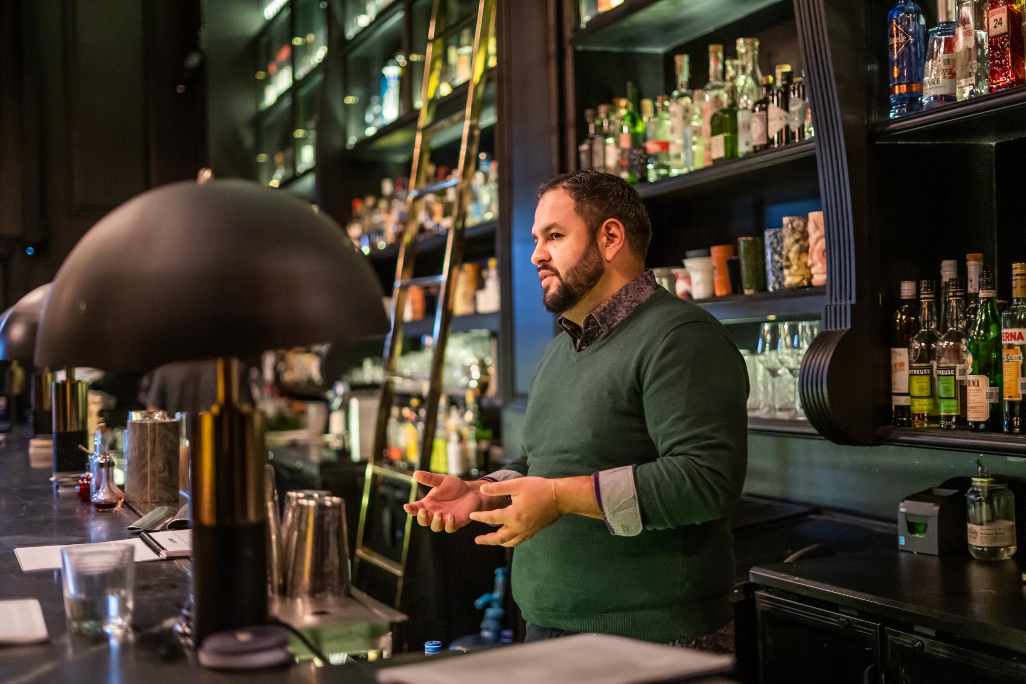 mario beltrán bartender dando clase de cocteles