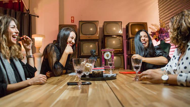 O programa reúne semanalmente mães que partilham as suas experiências enquanto bebem um copo de vinho