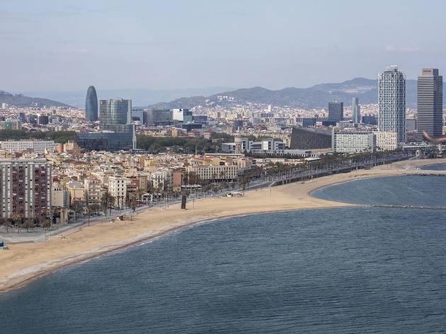 Vistes del litoral barceloní des de l'Hotel W amb la platja de Sant Miquel, de la Barceloneta i la del Somorrostro.