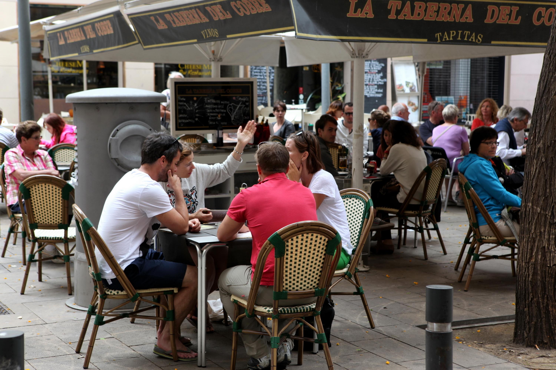 Las terrazas de bares en plazas de aparcamiento serán permanentes en Barcelona