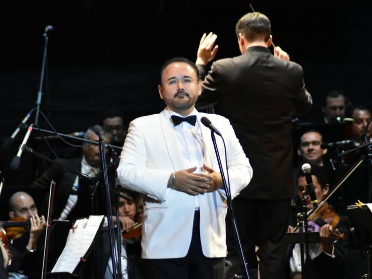 El tenor Javier Camarena celebra el Día de la Madre
