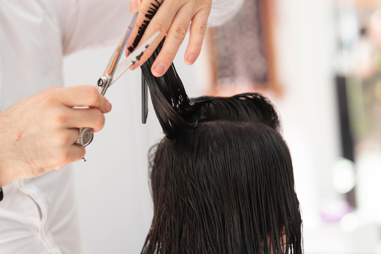 Agora os cabeleireiros são obrigados a usar luvas