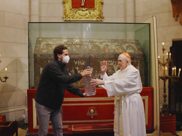 El arzobispo de Madrid bendiciendo agua