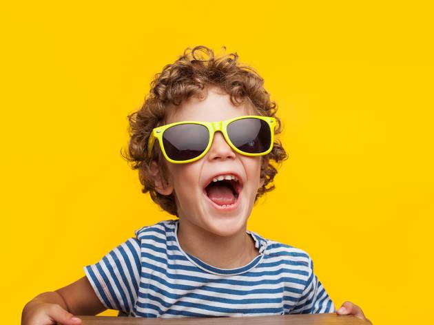 Nen amb ulleres de sol