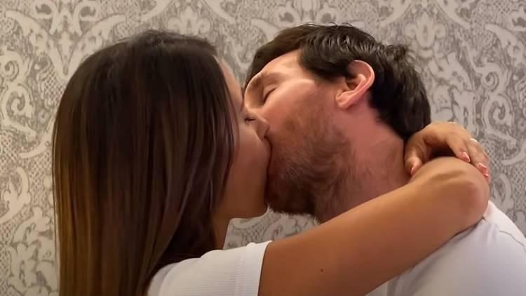 Leo Messi y Antonella en el nuevo videoclip de Residente
