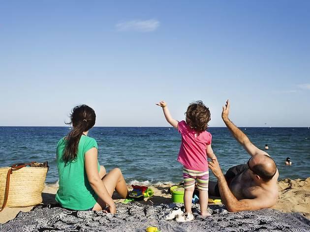 Barcelona prohibeix prendre el sol a la platja