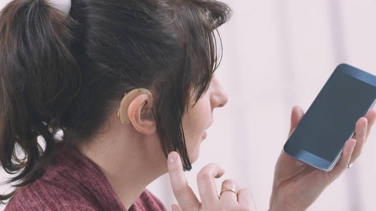 Persona con sordera y teléfono celular