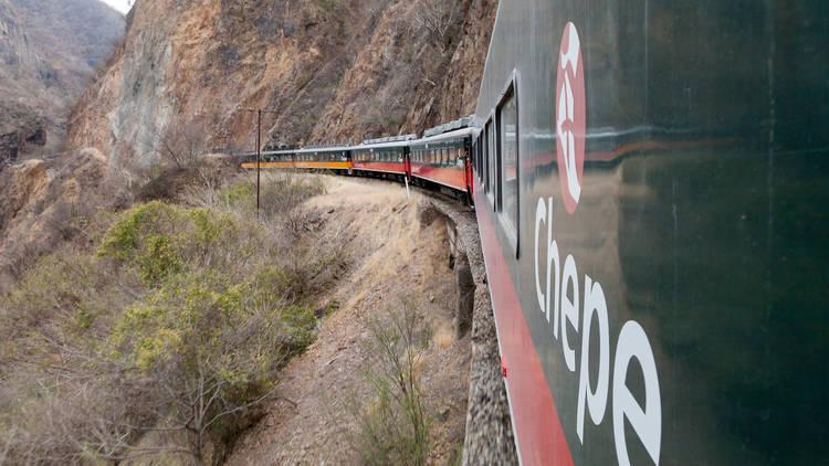 Vista del tren Chepe en las Barrancas del Cobre México