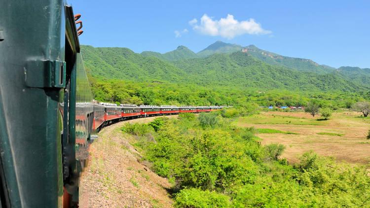 Tren Chepe en su recorrido por el norte de México