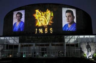 Fachada del Centro Médico Siglo XXI con proyección en homenaje a médicos y enfermeras