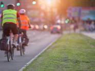 Ciclistas en una gran avenida