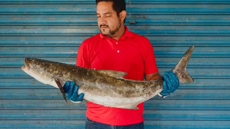 erik guerrero posa con pescado de nuestra pesca