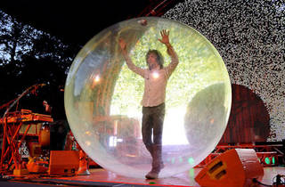 『The Flaming Lips, showbiz pros, rain confetti on Central Park 2010』/Time Out New York