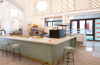 Rere la pastisseria, la cafeteria