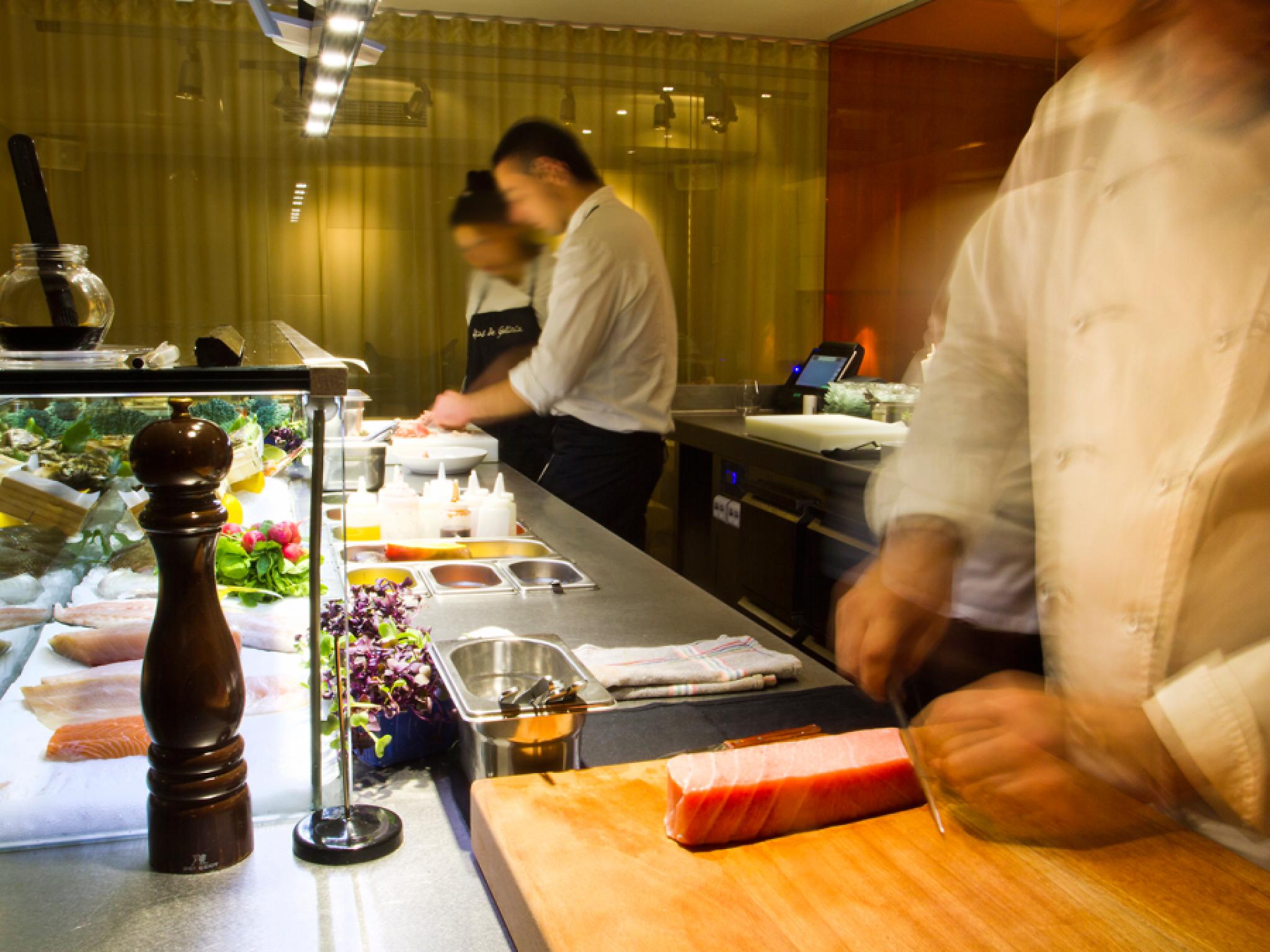 sushi haciéndose en cocina
