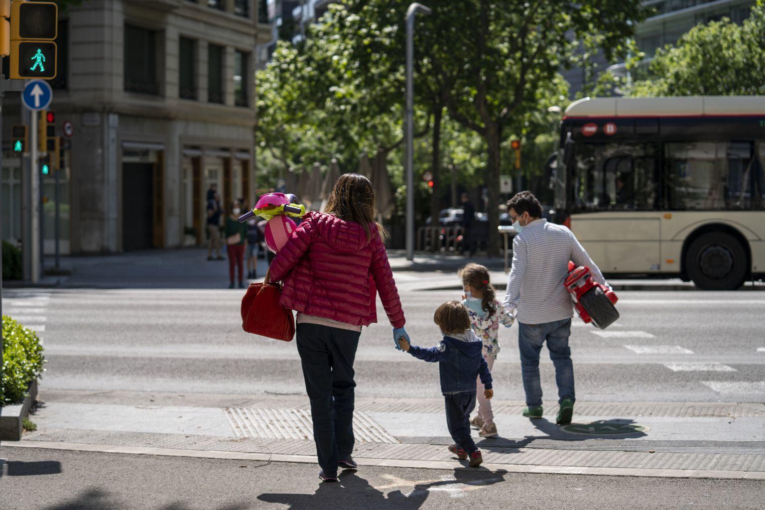 Una família es dirigeix cap a l'autobús