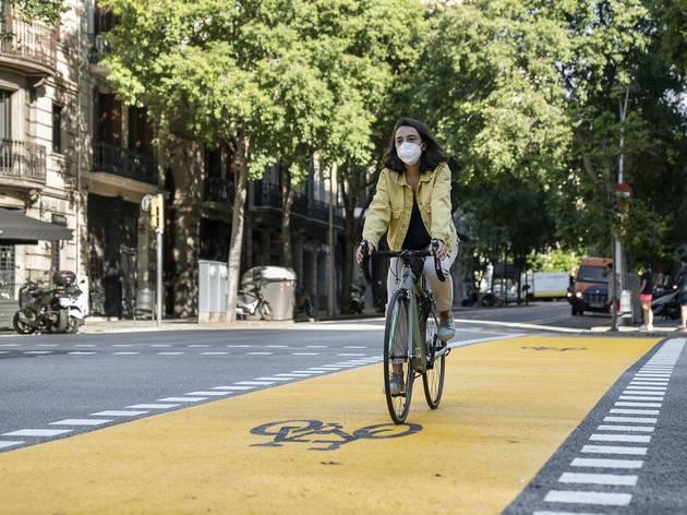 Una ciclista circula per l'ampliació d'espais per a bicicletes