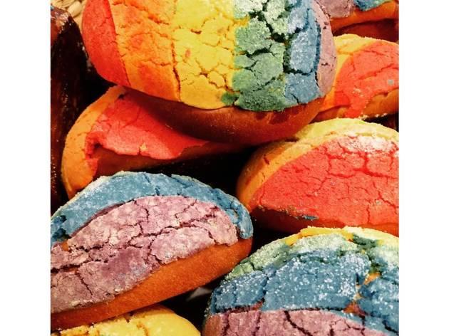 concha de arcoíris por mes Pride en La Burguesa