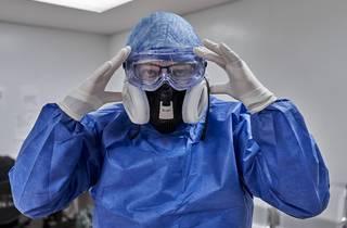 Médico en hospital con mascarilla