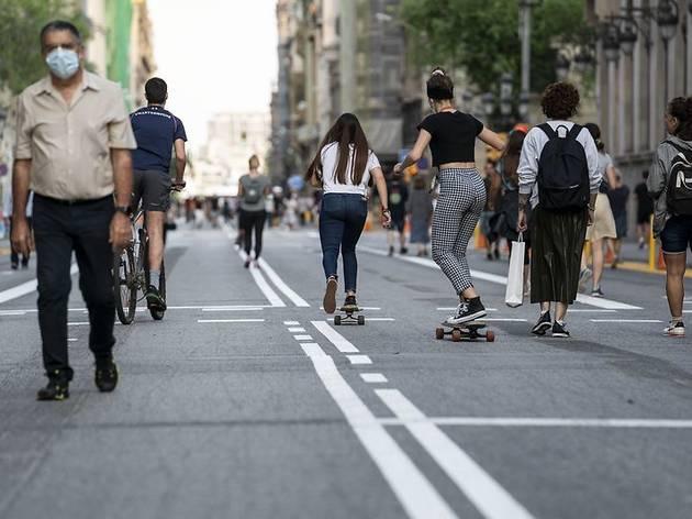 Vianants sobre la calçada de Via Laietana