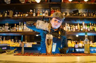 bartender pollo preparando cocteles al vacío