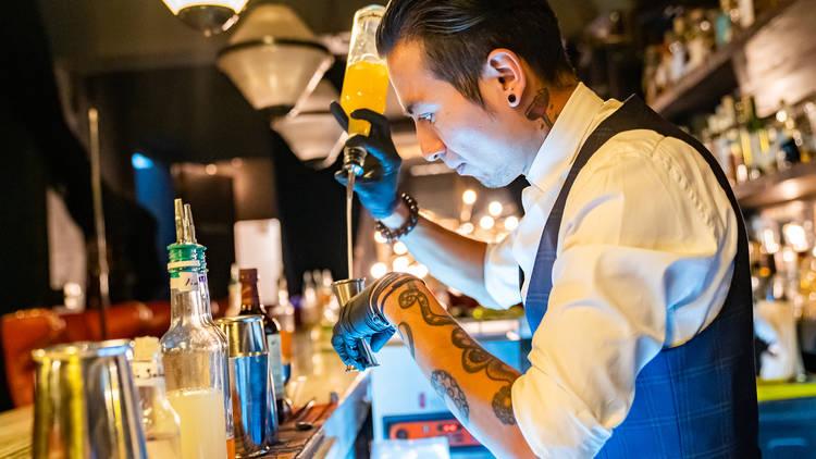 allan suárez bartender de hanky panky sirviendo cocteles