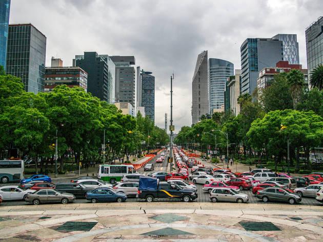 Paisaje de la CDMX en Avenida Reforma con carriles llenos de carros