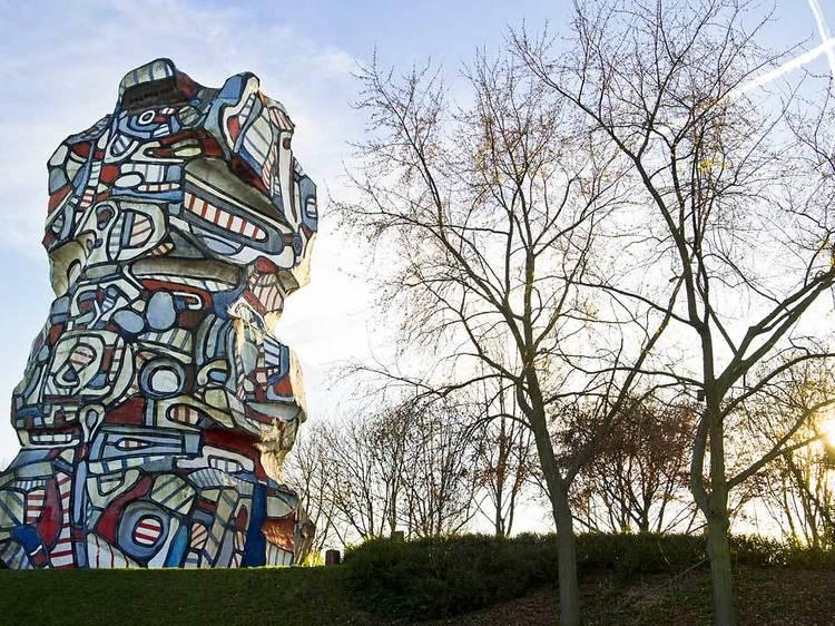 Visiter la délirante Tour aux figures de Jean Dubuffet