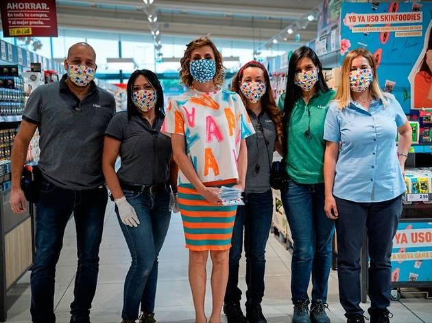 Agatha Ruiz de la Prada en Lidl con las mascarillas de su línea solidaria