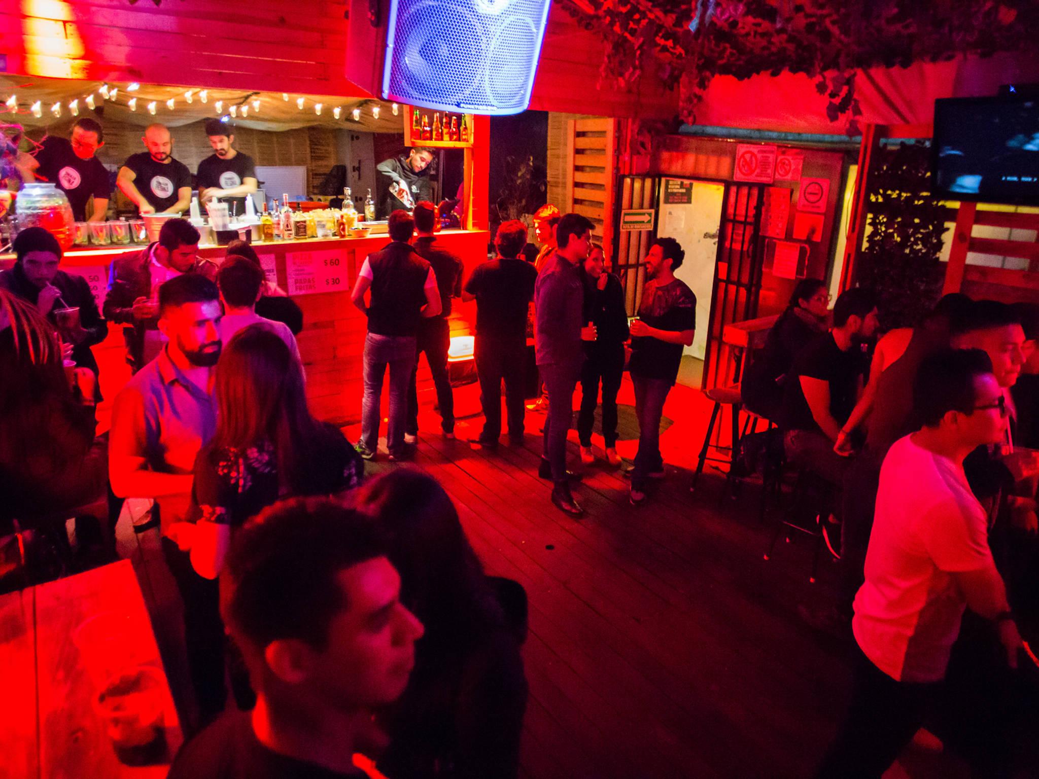 terraza regina con gente de noche