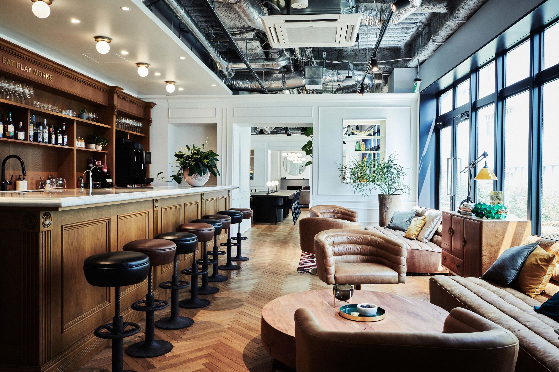 メンバーズラウンジには、ソファ、カウンター、リラックススペースなど、さまざまなスタイルのワークスペースを併設。バーカウンターでは、コーヒーや紅茶はもちろん、17〜20時にはアルコールも楽しめる