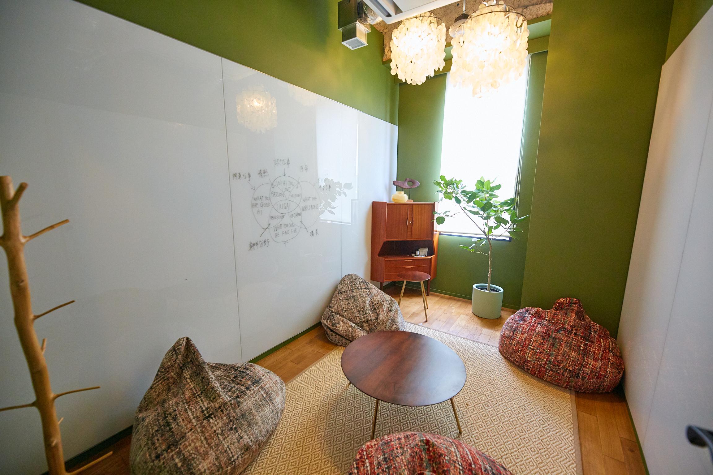 大小2種類の会議室を完備。床に座って円卓を囲える小会議室には、両サイドの壁にホワイトボードが設置されている。堅苦しくない会議室では斬新なアイデアが生まれそうだ
