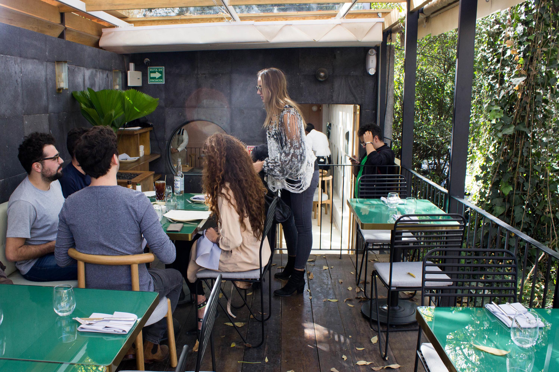terraza de meroma con gente comiendo