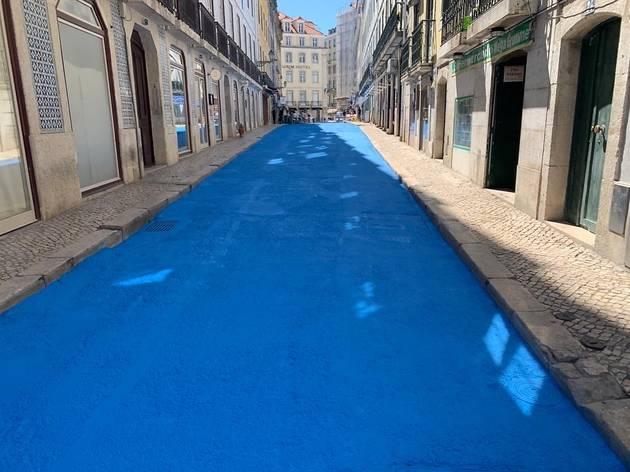Pintado de fresco: a Rua dos Bacalhoeiros está azul