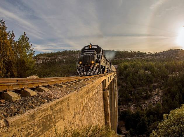 Paisaje de tren atravesando una barranca