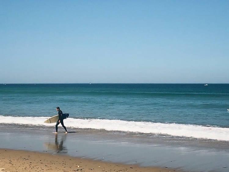 Faire du surf sur la plage de Siouville