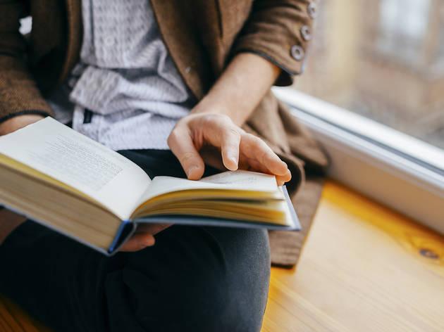 Noi jove llegint